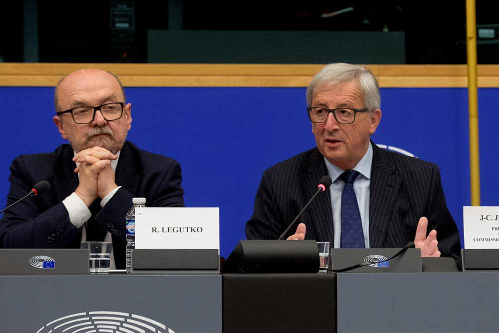 Ryszard Antoni Legutko, on the left, and Jean-Claude Juncker
