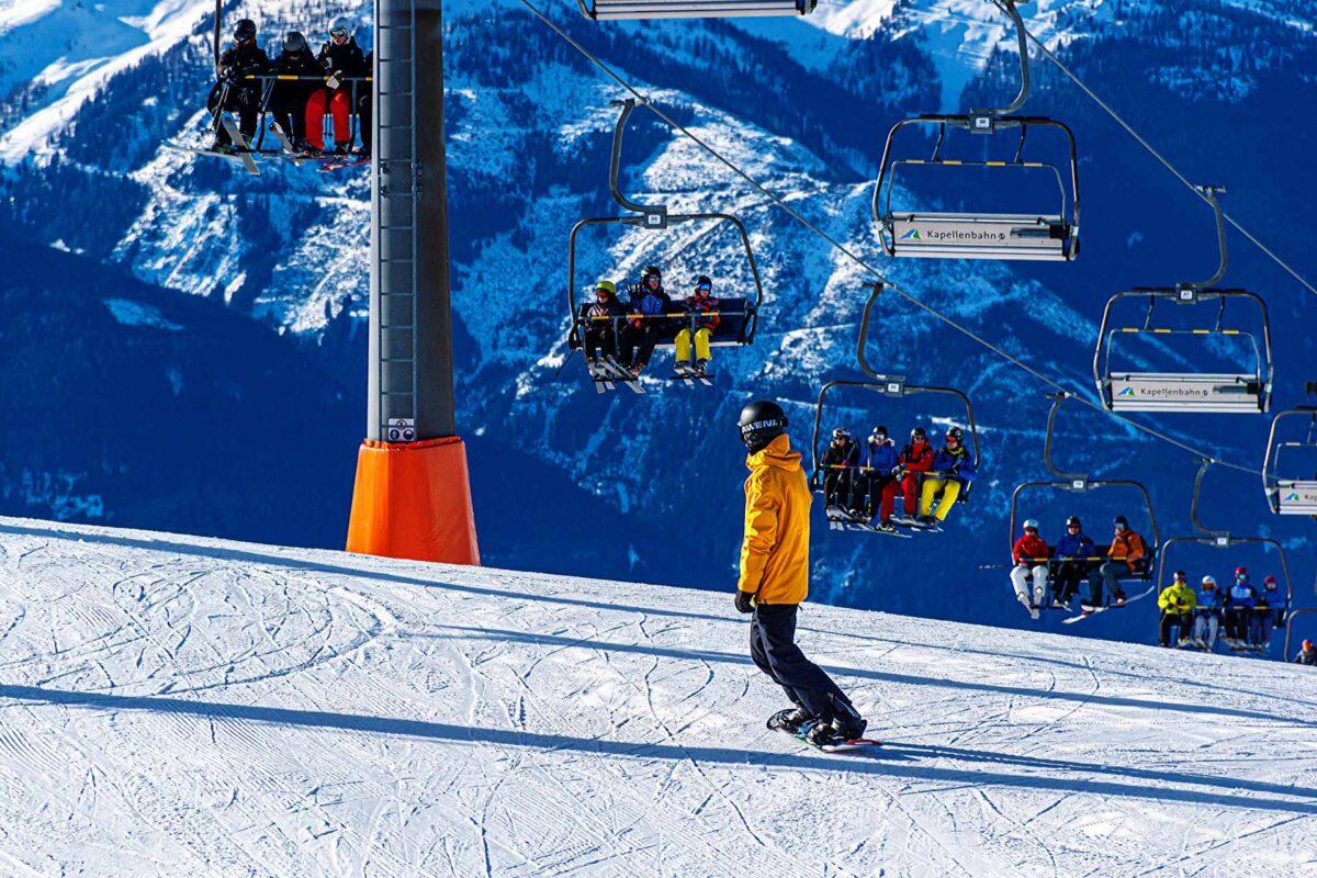 Snowboarder snowboarding Ski resort