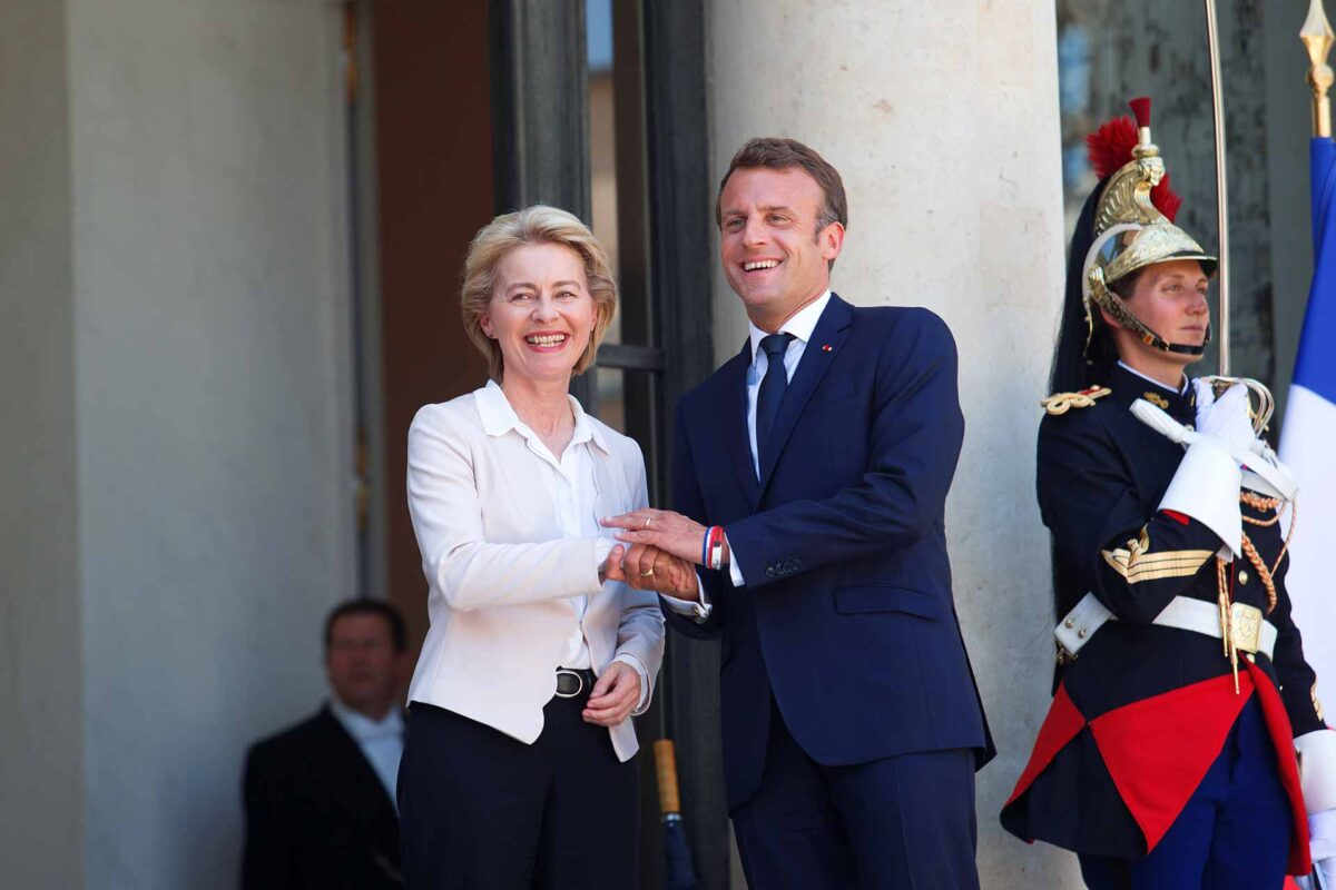 Greeting between Emmanuel Macron, on the right, and Ursula von der Leyen