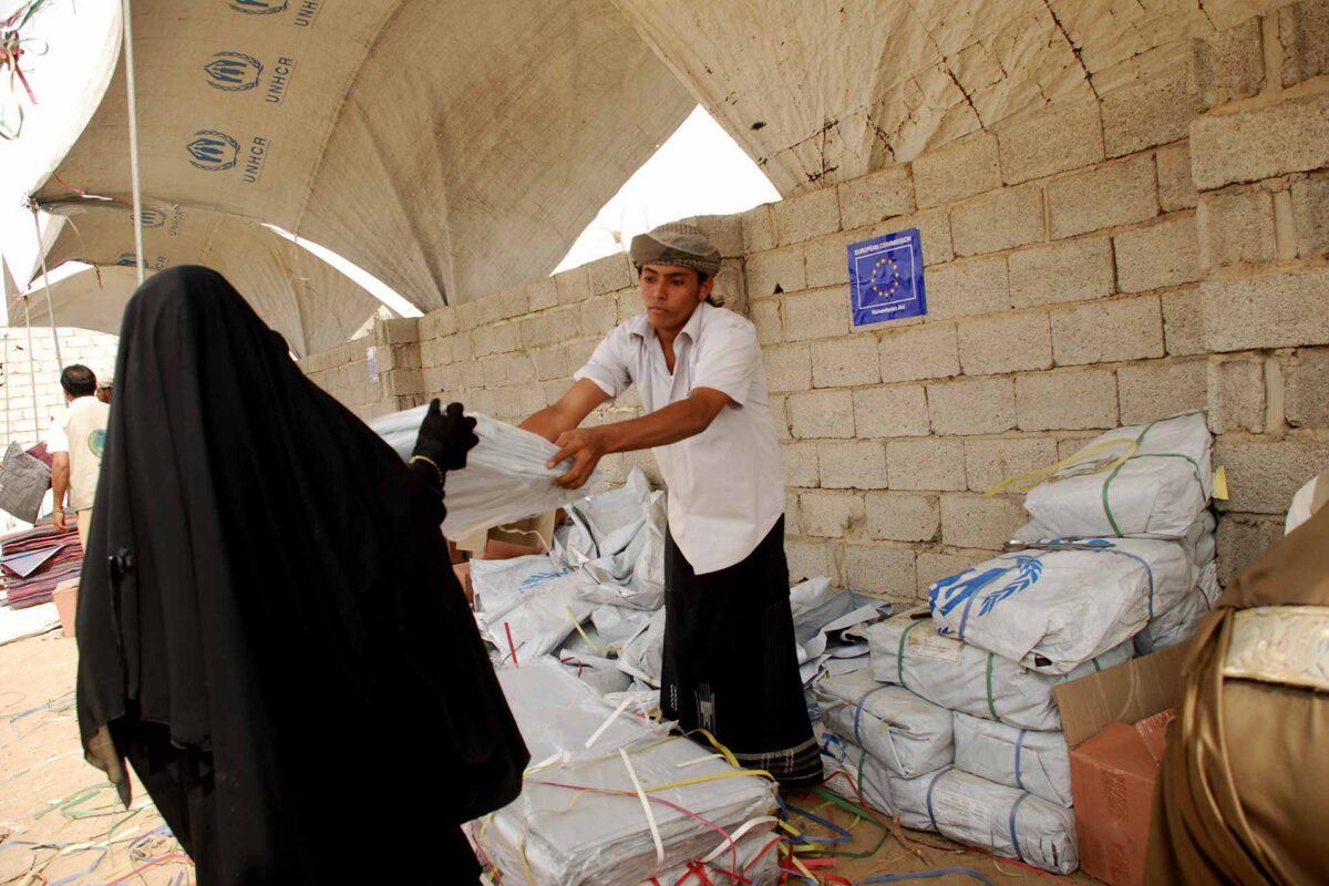 Refugee receives blankets in Yemen